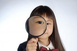 女の子と虫眼鏡